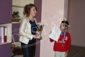 Световен шампион по шах дари купата си на Казанлъшко училище