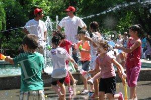 Над 200 деца се мокриха благотворително в Стара Загора